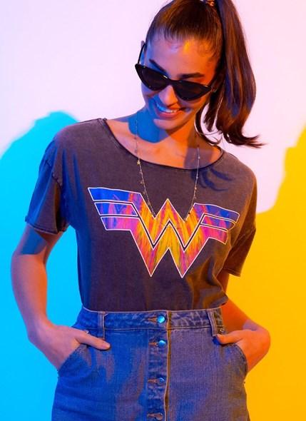 Camiseta Ampla Mulher Maravilha 1984 Logo Style