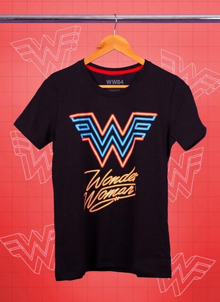 Camiseta Mulher Maravilha 1984 Logo Neon